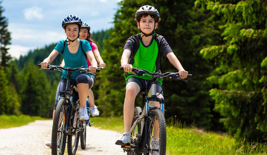 Famille à vélo avec casque | Défi Tête la Première
